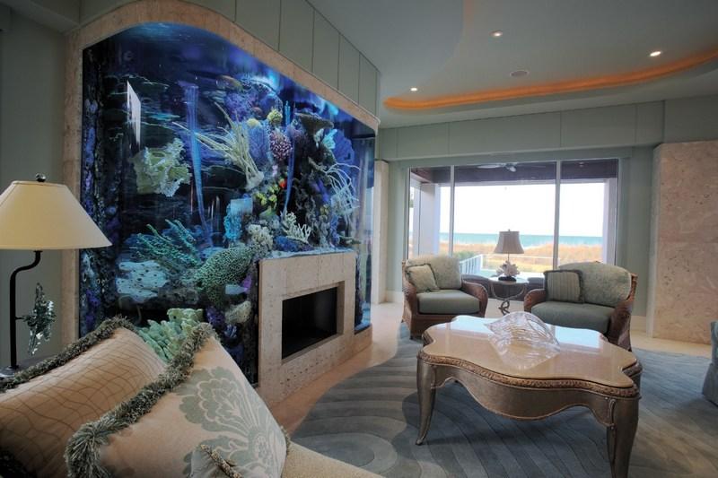Прекрасный интерьер с аквариумом