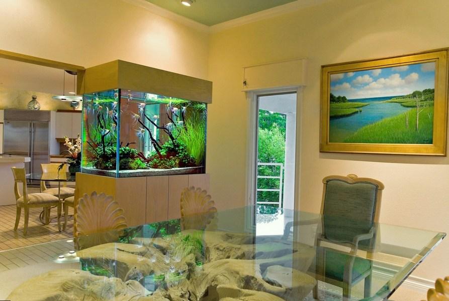 Встроенный аквариум, зонирующий помещение