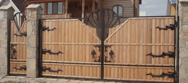 деревянные ворота с элементами ковки фото