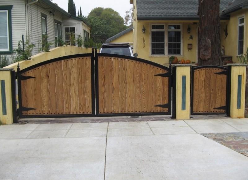 Стильный дизайн деревянных ворот с калиткой
