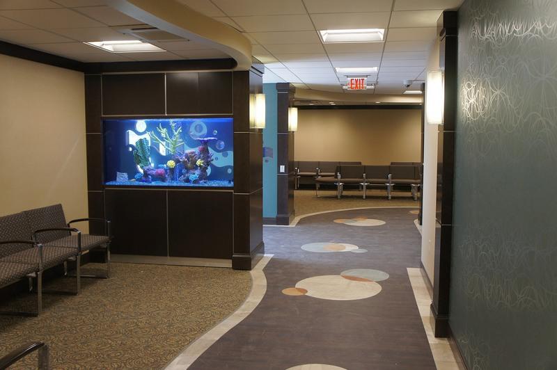 Секция с аквариумом используется для зонирования комнаты