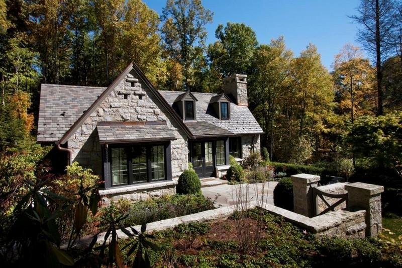 дом в английском стиле с панорамными окнами