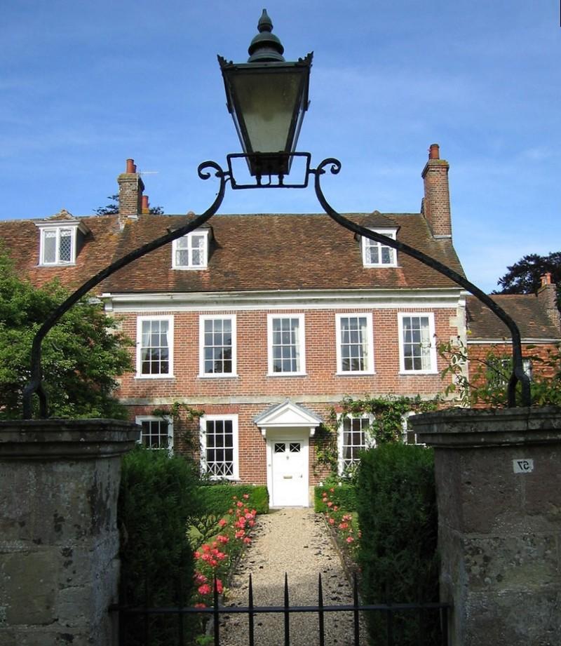 Кирпичный двухэтажный дом в английском стиле