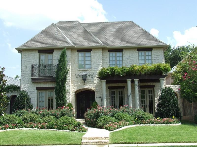 Двухэтажный дом в английском стиле с вальмовой крышей