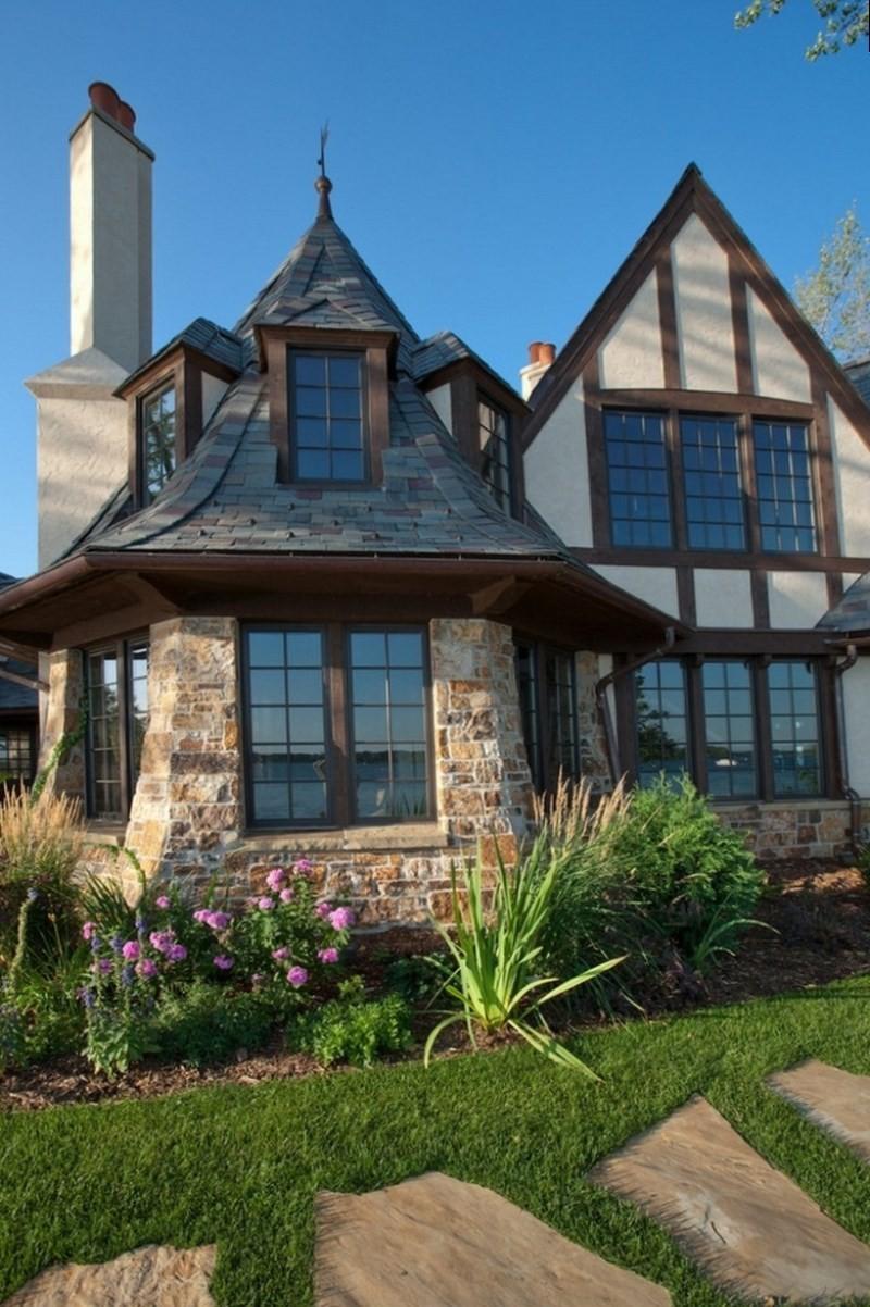 Фасад дома в английском стиле из натурального камня
