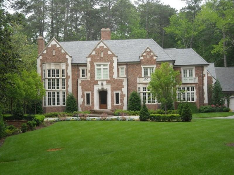 Красивый 2-х этажный дом из кирпича в английском стиле