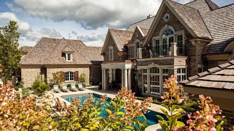 Дом в английском стиле с бассейном