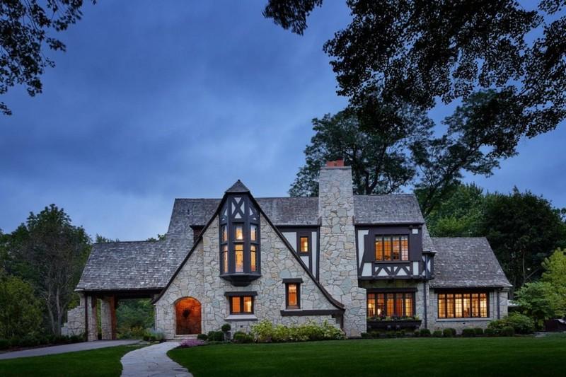 Каменный фасад дома в английском стиле