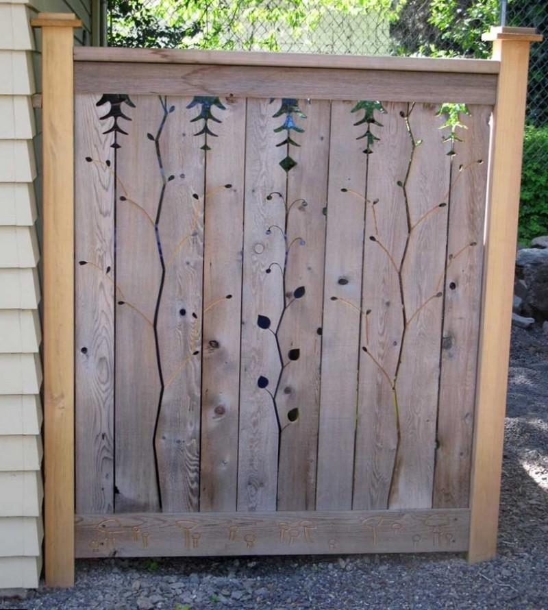 Деревянная калитка с вырезами