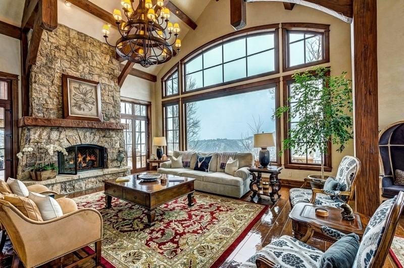 интерьер гостинной с камином в частном доме