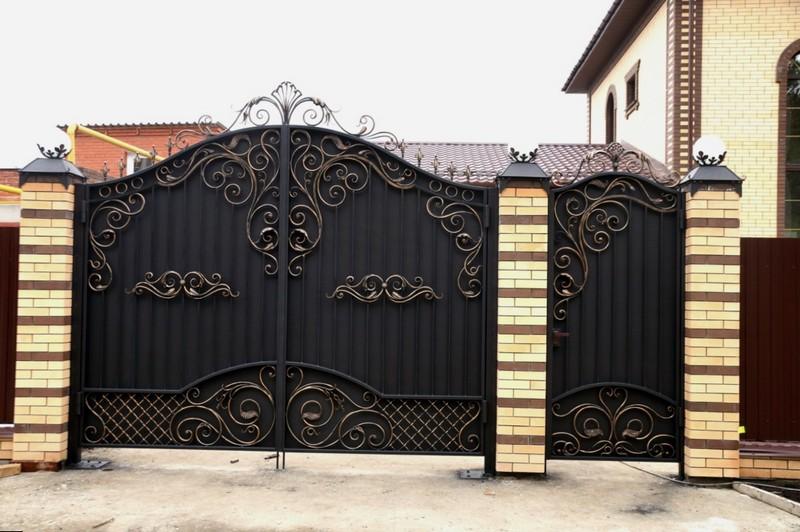 железные ворота с калиткой