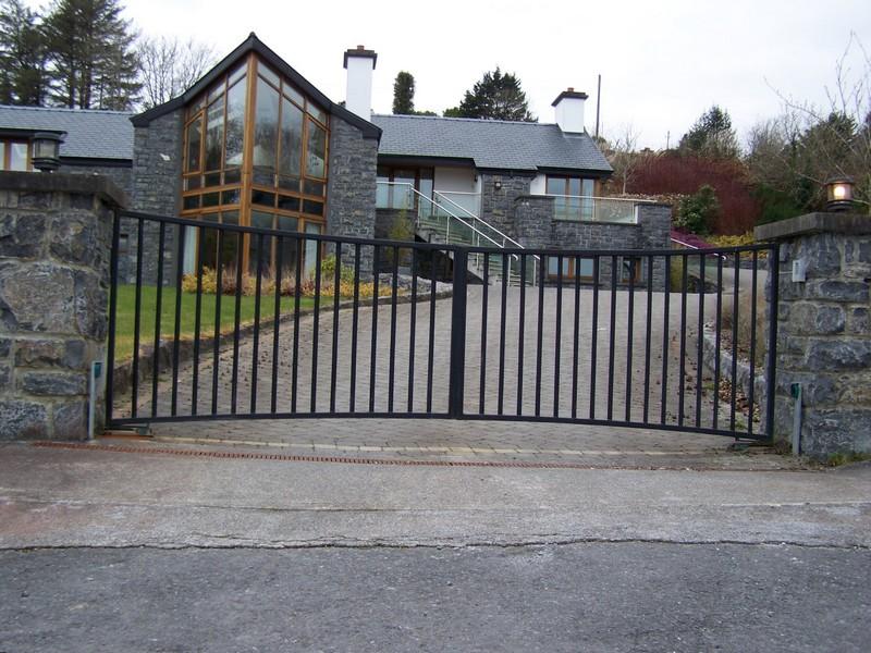 Распашные металлические ворота для дома