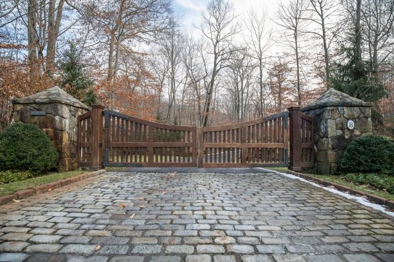Оригинальные деревянные распашные ворота