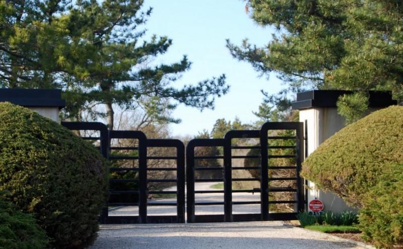 Стильные распашные ворота
