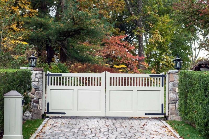 Стильные деревянные распашные ворота