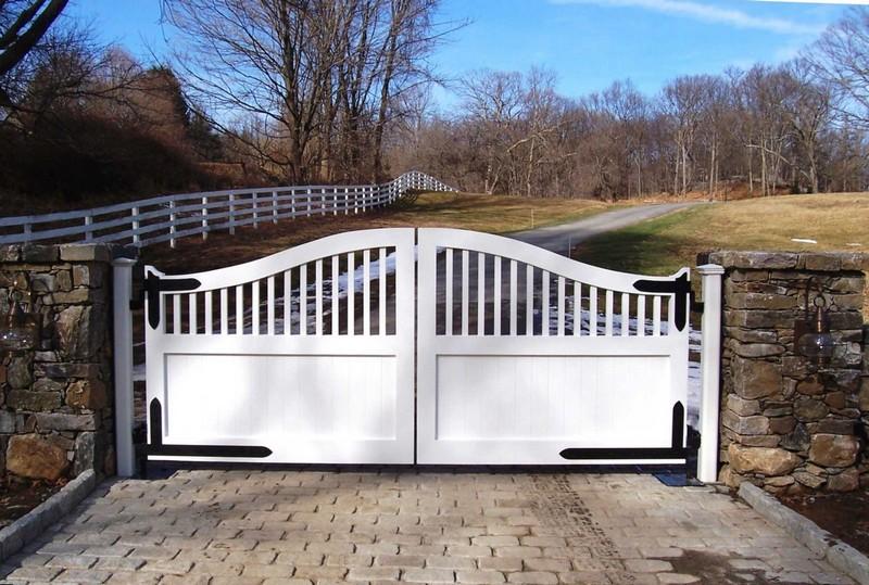 Белые деревянные распашные ворота