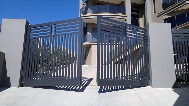 Стильные ворота из металлического штакетника