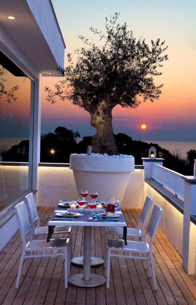 Небольшая терраса с прекрасным видом на море