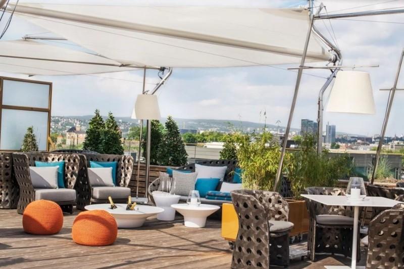 Летняя терраса в ресторане с прекрасным видом