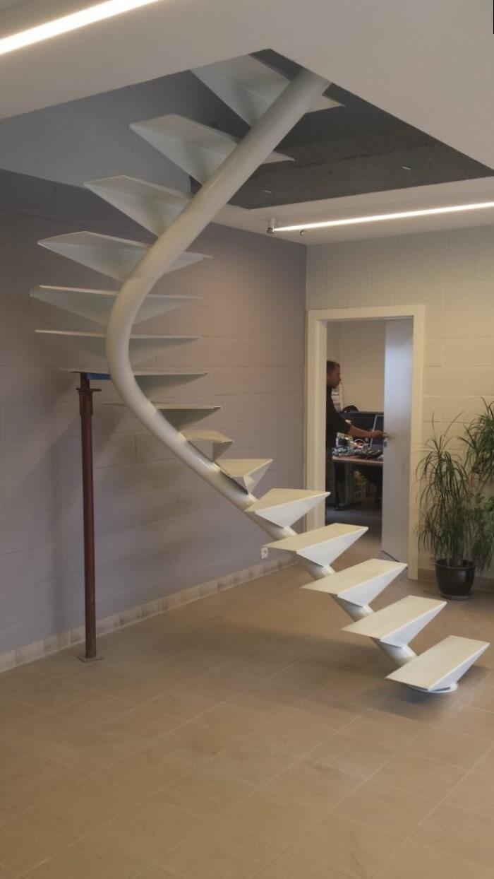 Несложная в реализации винтовая лестница из металла