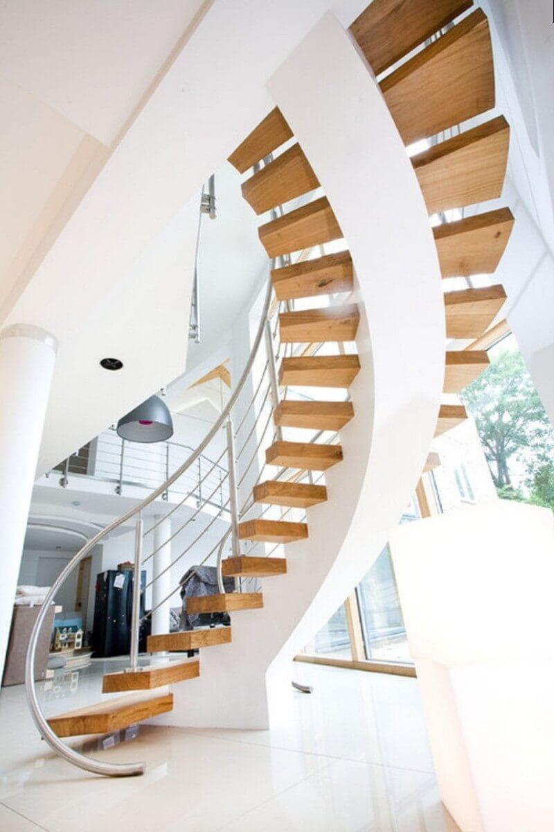 Круговая лестница с деревянными ступенями