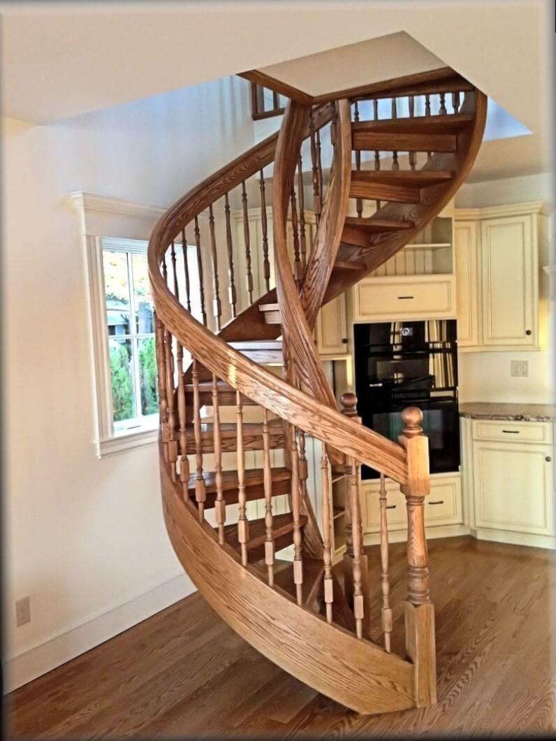 Деревянная винтовая лестница в классическом исполнении