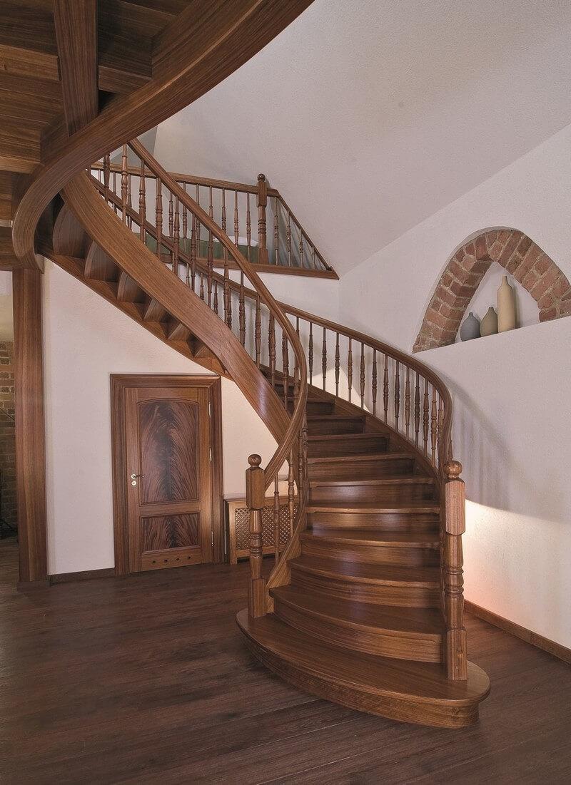 Винтовая лестница из дерева с массивными деревянными перилами