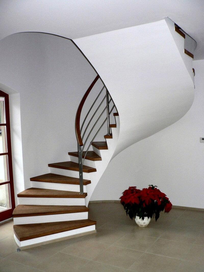 Винтовая бетонная лестница с деревянными ступеньками