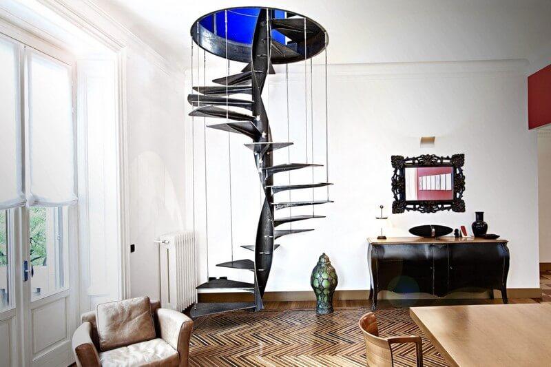 Винтовая лестница из металла с подвесными ступенями
