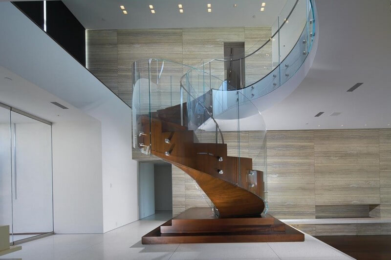 Винтовая лестница из стекла и дерева