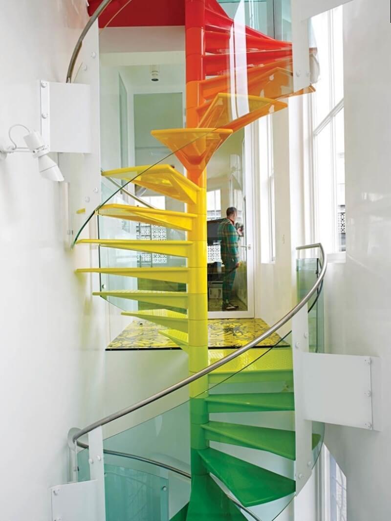 Яркое дизайнерское решение для консольной лестницы