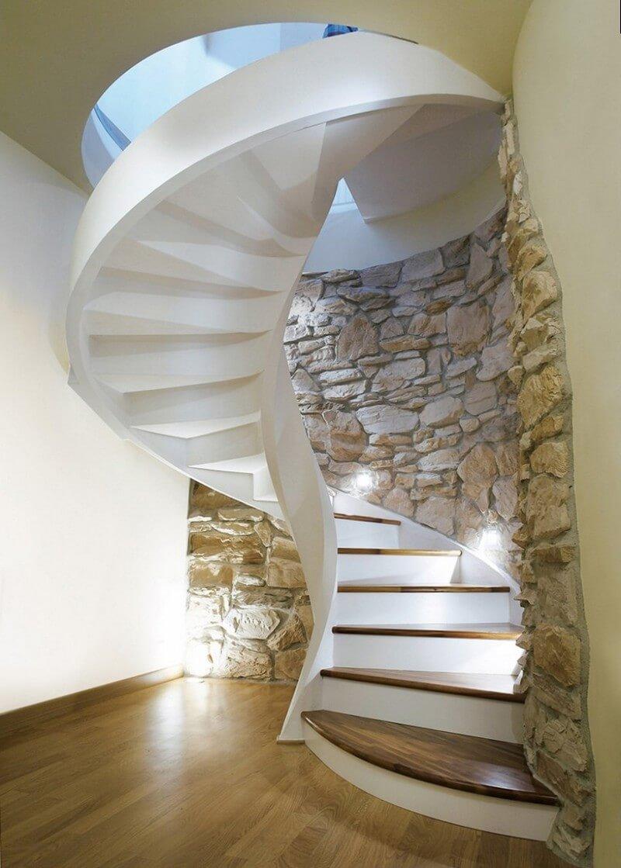 Винтовая бетонная лестница с деревянными ступеньками и подсветкой