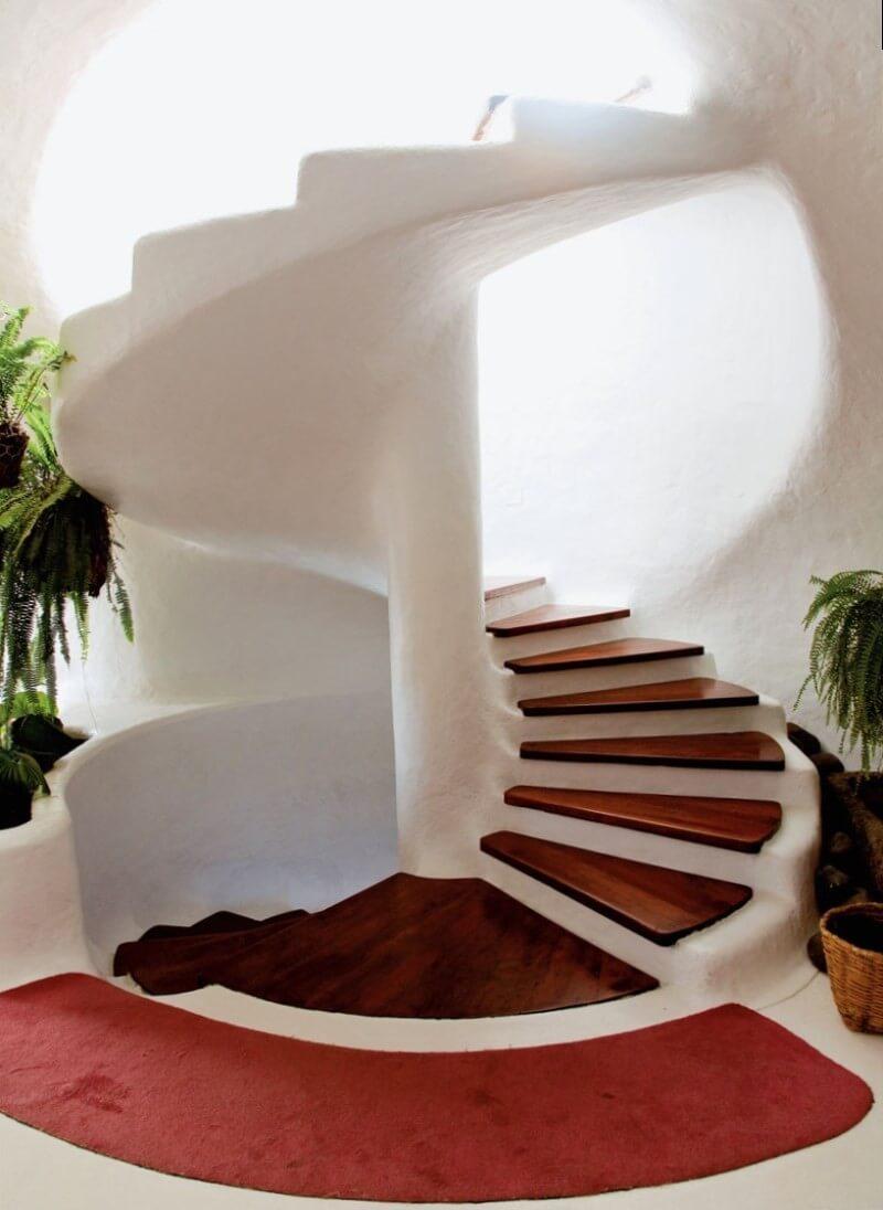 Монолитная винтовая лестница с деревянными ступенями