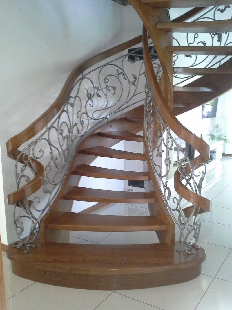 Классическая деревянная винтовая лестница