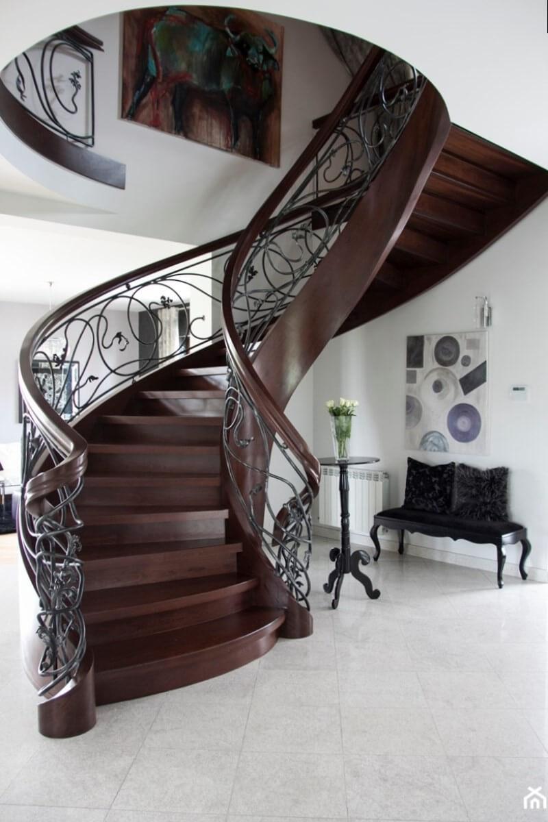 Деревянная лестница с элементами ковки