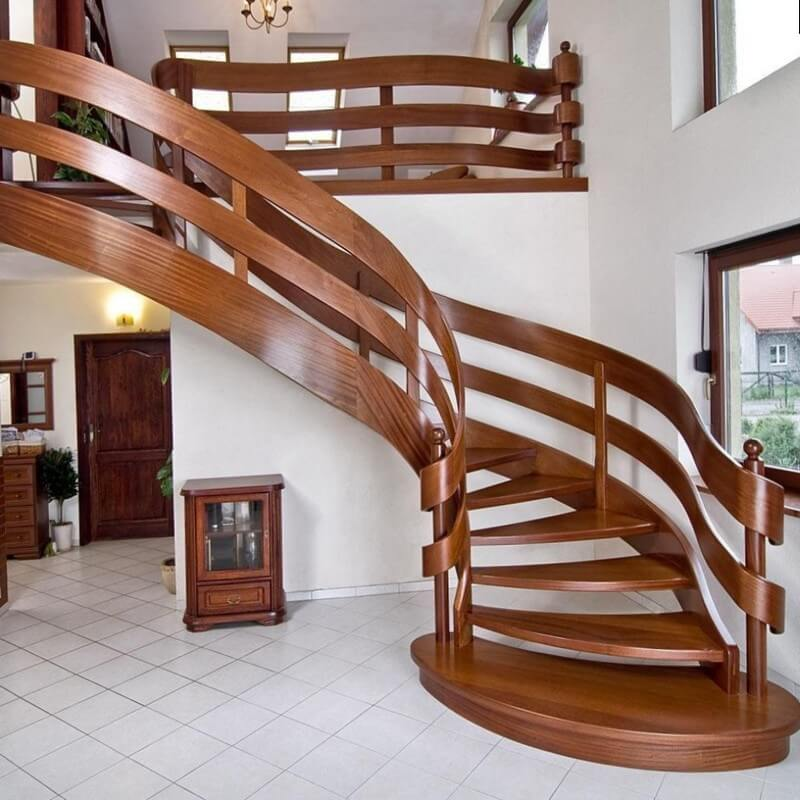Деревянная винтовая лестница с изогнутыми перилами