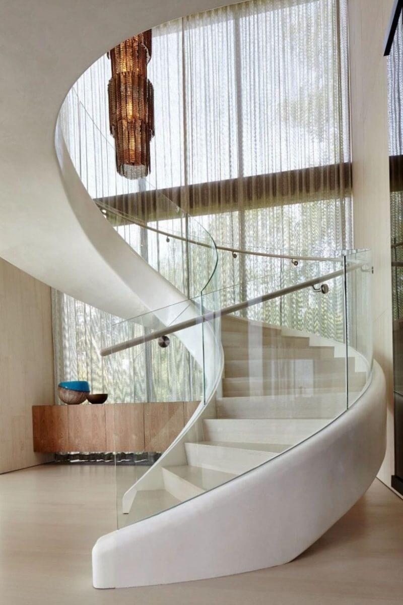 Бетонная лестница со стеклянными перилами