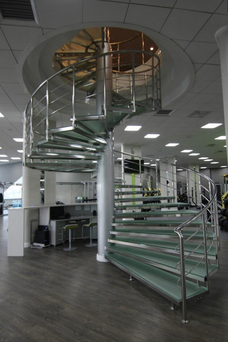 Хром и стекло, лестница в стиле Hi-Tech