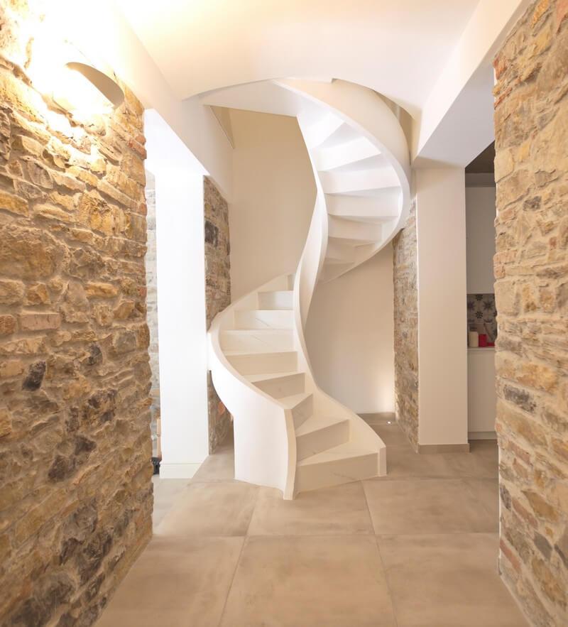 Компактная бетонная лестница