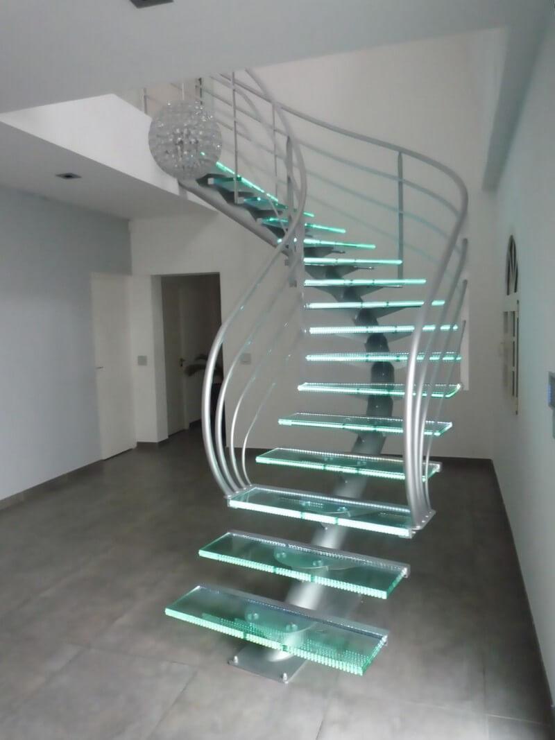 Винтовая лестница на второй этаж с подсветкой