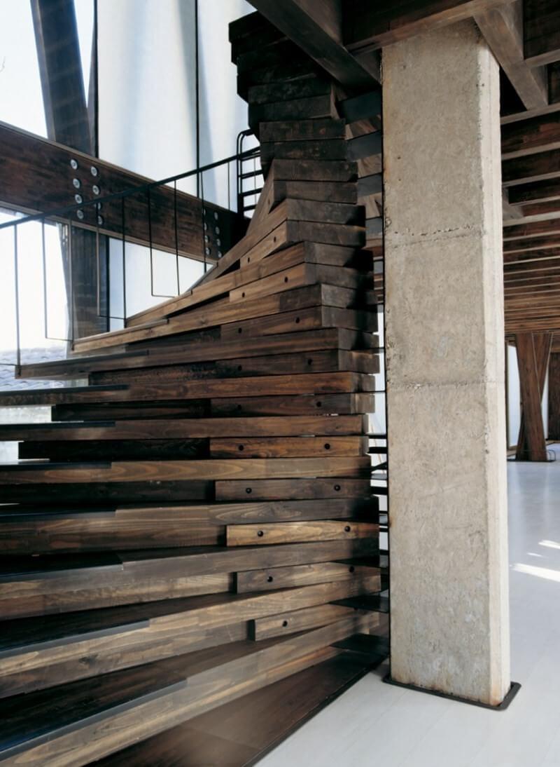 Необычная спиральная лестница из дерева
