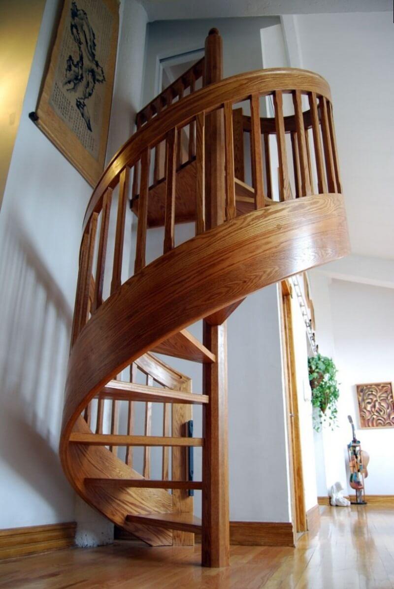Классическая винтовая лестница из дерева