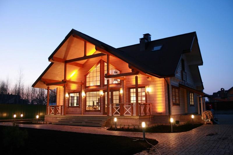 Красивый деревянный дом с подсветкой