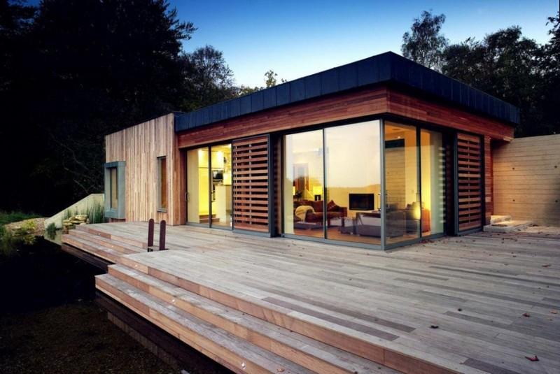 небольшой деревянный дом с панорамными окнами