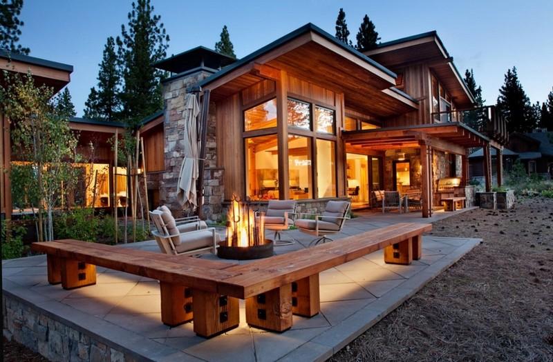 Красивый деревянный дом с балконом и открытой террасой