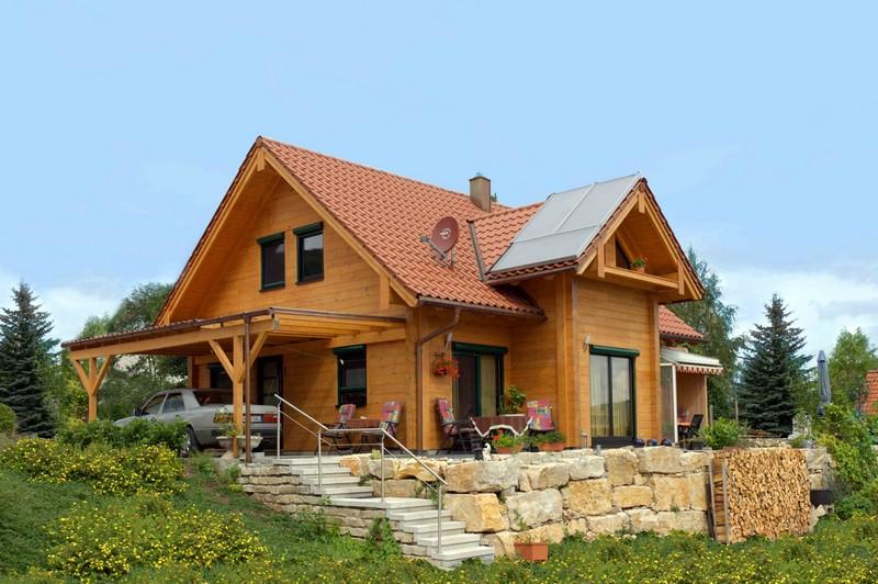 Небольшой деревянный домик с террасой