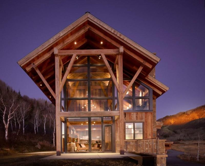 Домик из дерева с панорамными окнами