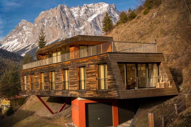 деревянный дом на склоне горы