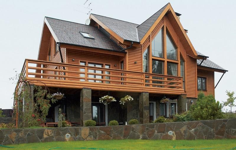 Деревянный дом с балконом и террасой