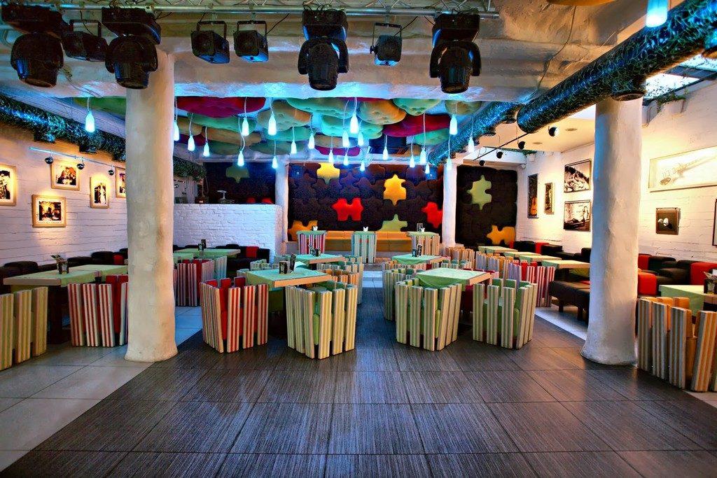 Яркий и красочный дизайн кафе